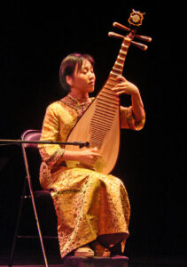 By Jean-Pierre Dalbéra from Paris, France - Lingling Yu au pipa en concert (musée Guimet, Paris), CC BY 2.0, https://commons.wikimedia.org/w/index.php?curid=10593992